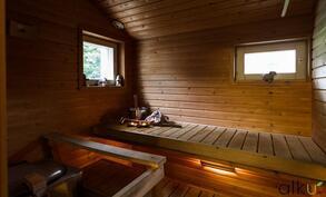 Tunnelmallinen, kaksin ikkunoin varustettu sauna kutsuu rentoutumaan!