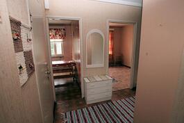 Olohuoneen ovelta vas. keittiö, oik. makuuhuone