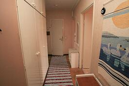 Käytäväovelta; oik. makuuhuone, keittiö, pädyssä kph/wc, vas. takana olohuone