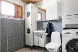 Kylpyhuoneeseen mahtuu pesutorni