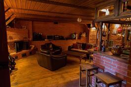 Tilava askarteluh toimii pubina: täydellinen ympäristö musiikin harrastamiseen tai viininmaisteluun.
