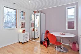 Makuuhuoneet (5kpl) sijaitsevat yläkerrassa omassa rauhassaan.