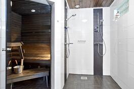 Tyylikäs sauna-osasto on remontoitu v.2012-13. Löylyhuoneessa modernin harmaa sävytys.