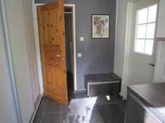 korkeat liukuovi-kaapistot kodinhoitohuoneessa sekä ovi ulos