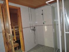 kylpyhuoneen suihkunurkkaus ja ovi saunaan