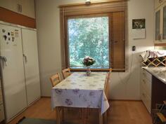 Keittiön ruokapöydälle on paikka ikkunan edessä