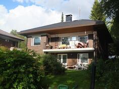 Kesäistä kuvaa talon takapihalta