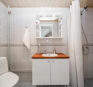 Alakerrassa oma suihku ja wc - Nedre våningens dusch- och wc