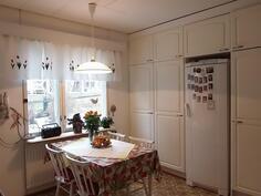 Keittiö: täyskorkea jääkaappi ym. kaapit