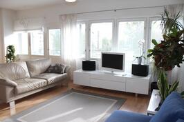 Erittäin valoisa olohuone, joka yhdistyy ruokailutilaan ja keittiöön