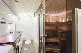 kodinhoitotila ja näkymä saunaan