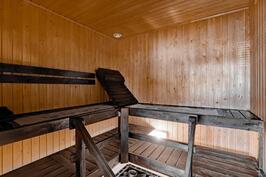 Suuressa saunassa kiuas on sijoitettu keskelle