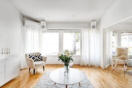 Olohuone ja takkahuone yhdistettävissä myös yhdeksi suureksi tilaksi