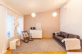 Olohuone, jossa korotettu katto tuo tilaa.