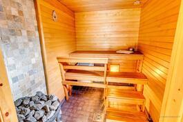 Sauna on uudenveroisessa kunnossa. Lämminvesivaraaja lauteen alla