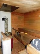 Puu- ja sähkökiuas saunassa
