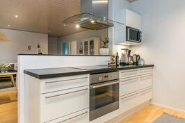 Tässä keittiössä kokkia ei ole piilotettu yksin keittiöön