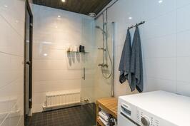 Kylpyhuone on tyylikkääksi remontoitu