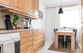 Keittiön jatkeena on tilaa ruokailulle.