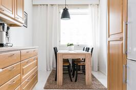 Ruokapöydälle on oma tilansa ikkunan edustalla.