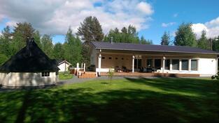 grilli/saunakota ja talo pihan puolelta