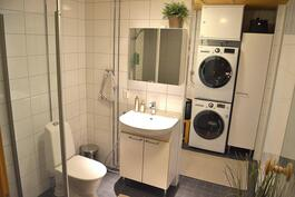 Kylpyhuone jossa toinen wc, kodinhoitopiste/pukutila ja käynti suoraan parvekkeelle
