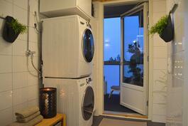Kylpyhuoneen yhteydessä on pukutila ja pieni kodinhoitoila