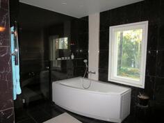 Täysin uusittu saunaosasto ammeella ja kahdella suihkulla.