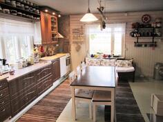 valoisa ja kodikas keittiö