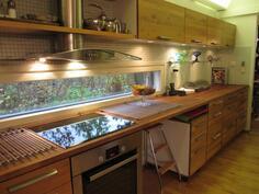 keittiössä reilusti kaapistoja ja tasoja