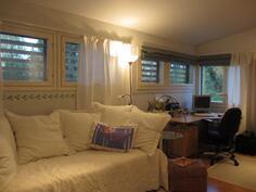 tämä on makuuhuone-työhuone joka tehty yhdistämällä 2 huonetta