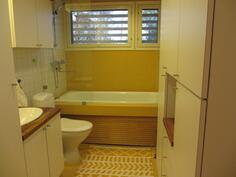 yläkerran kylpyhuone ammeineen