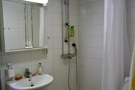 laatoitettu kylpyhuone/wc