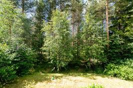 Terassilta rauhoittava näkymä metsään