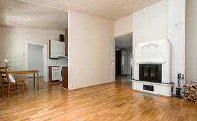 Olohuone on tilava ja ruokailutilan kautta yhteydessä keittiöön