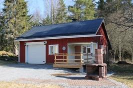 Ulkorakennuksessa autotalli, puuliiteri, pukuhuone, sauna ja terassi.