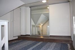Yläkerran aulan peililiukuovien takana vaatehuone