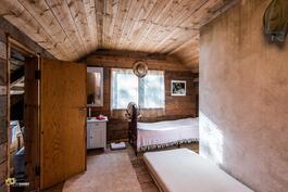 Saunarakennuksen yläkerran makuuhuone ja sivuvarasto.