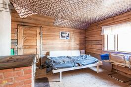 Päärakennuksen yläkerran toisessa makuuhuoneessa puuhella.