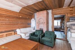 Päärakennuksen yläkerran isommassa makuuhuoneessa varaava takka.