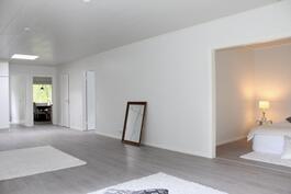 Hulppean kokoinen olohuone. Oikealla makuuhuone 3. Kaikissa huoneissa uusi, hieno laminaattilattia.