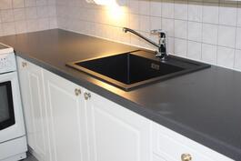 Keittiössä uusitut työskentelytasot ja tyylikäs pesuallas
