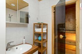 Kylpyhuone ja sauna.