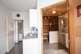 Sauna ja kylpyhuone-Bastu och badrum