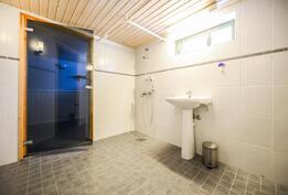 Kellarin kylpyhuone / Badrum i källaren