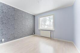 Makuuhuone alakerrassa / Sovrum i nedre våning