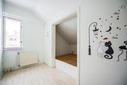 Makuuhuone yläkerrassa / Sovrum i övre våningen