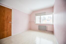 Makuuhuone yläkerrassa / Sovrum i övre våning