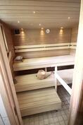 sauna puukiukaalla ja kuituvaloilla