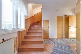 Aulasta portaikko yläkertaan